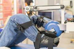 Simulador para la rehabilitación de la pierna rehabilitación de miembros heridos Maniquí en el aparato para las piernas de entren imagenes de archivo