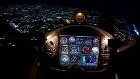 Simulateur de vol de nuit au-dessus de la ville, matériel de formation pour des pilotes de débutant photographie stock libre de droits
