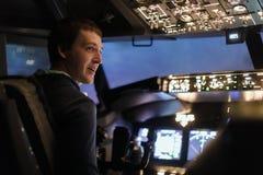 Simulatorn för flyget för manpilotnivån lotsar utbildning Arkivfoton