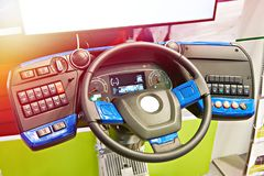 Simulatorstuurwiel en dashboard van elektrische bus stock fotografie