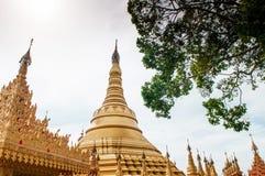 Simulera av den Shwedagon pagoden på den Suwankiri templet, Ranong, Thaila arkivbild