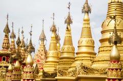 Simulera av den Shwedagon pagoden på den Suwankiri templet, Ranong, Thaila royaltyfria foton