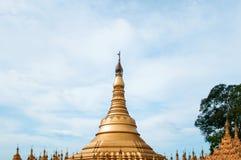 Simulera av den Shwedagon pagoden på den Suwankiri templet, Ranong, Thaila royaltyfri fotografi