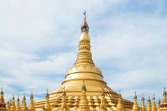 Simulera av den Shwedagon pagoden på den Suwankiri templet, Ranong, Thaila royaltyfri foto