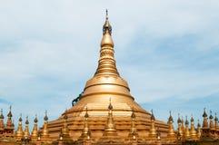 Simulera av den Shwedagon pagoden på den Suwankiri templet, Ranong, Thailand royaltyfria bilder