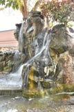 Simulera av vattenfallet i trädgård royaltyfria bilder
