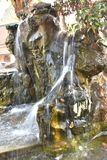 Simulera av vattenfallet i trädgård arkivbild