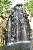 Simulera av vattenfallet i trädgård arkivfoton