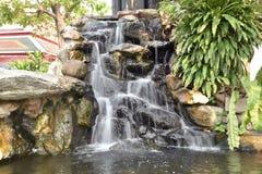 Simulera av vattenfallet i trädgård royaltyfri fotografi