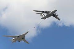 Simulering av i flykten att tanka flygplan Il-78 och Tu-160 Fotografering för Bildbyråer