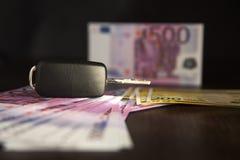 Simuleringslån för bilköp kassa för bil- biltangent på euroanmärkningsbakgrund Tangenter från bilen royaltyfria bilder