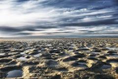 Sina i det baltiska havet lågvatten- och sandstrand Fotografering för Bildbyråer