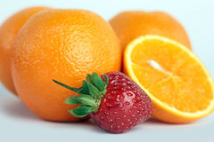 Sinaasappel, aardbeien op witte achtergrond Royalty-vrije Stock Afbeeldingen