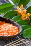 Sinaasappel bemerkte bad zoute, gele orchidee en Zamioc Stock Foto