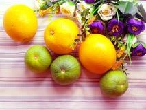 Sinaasappel & bloemachtergrond met groene strepen Stock Afbeelding