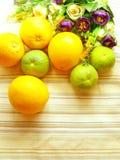 Sinaasappel & bloemachtergrond met groene strepenachtergrond Stock Fotografie