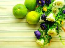 Sinaasappel & bloemachtergrond met groene strepenachtergrond Stock Foto
