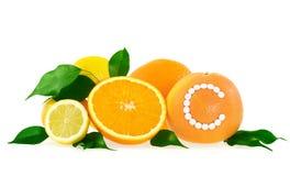 Sinaasappel, citroen, grapefruit met vitamine Cpillen ove Stock Foto