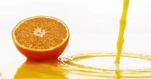 Sinaasappel, citrus sinensis, Oranje Juice Flowing tegen Witte achtergrond, stock videobeelden