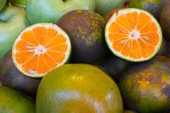 Sinaasappel, de helft van sinaasappel in Thaise markt Stock Afbeelding