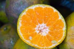 Sinaasappel, de helft van sinaasappel in Thaise markt Royalty-vrije Stock Foto
