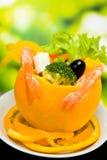 Sinaasappel die door salade wordt gevuld royalty-vrije stock afbeeldingen