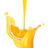 Sinaasappel die in plons van sap valt. Stock Illustratie