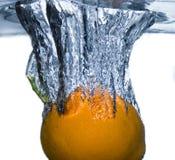 Sinaasappel die in water valt Royalty-vrije Stock Afbeeldingen