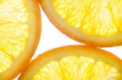 Sinaasappel in een besnoeiing op witte achtergrond Stock Foto