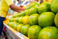 Sinaasappel in een verse markt met Aziatische mensen Stock Foto