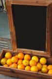 Sinaasappel en bord Royalty-vrije Stock Foto