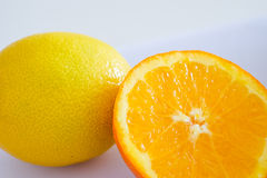 Sinaasappel en citroen op witte achtergrond Stock Fotografie