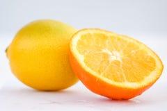Sinaasappel en citroen op witte achtergrond stock foto's