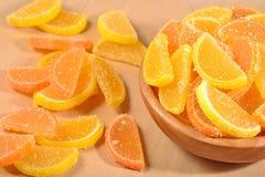 Sinaasappel en citroensuikergoedplakken in een kom Royalty-vrije Stock Afbeeldingen