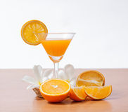 sinaasappel en glas met sap Royalty-vrije Stock Afbeelding