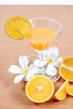 sinaasappel en glas met sap Royalty-vrije Stock Foto's