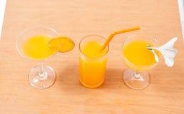 sinaasappel en glas met sap Stock Afbeelding