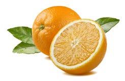 Sinaasappel en helft met bladeren op witte achtergrond wordt de geïsoleerd die Stock Foto