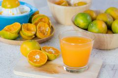 Sinaasappel en jus d'orange royalty-vrije stock afbeeldingen