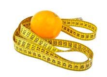 Sinaasappel en meetlint op wit wordt geïsoleerd dat Royalty-vrije Stock Afbeelding