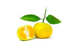 Sinaasappel en plakken van sinaasappel op witte achtergrond wordt geïsoleerd die royalty-vrije stock afbeelding