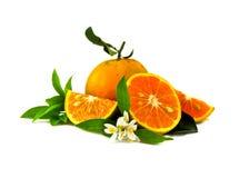 Sinaasappel en plakken van sinaasappelen op witte achtergrond, 100 percenten worden geïsoleerd dat vers en organisch Royalty-vrije Stock Afbeeldingen
