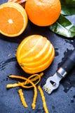 Sinaasappel en schil, natuurlijke verfrissende ingrediënten royalty-vrije stock afbeelding