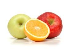 Sinaasappel en twee appelen Stock Afbeeldingen