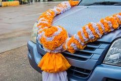 Sinaasappel en witte gordijnen Gemaakt gebonden tot bloemen stock fotografie