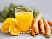 Sinaasappel en wortelensap Royalty-vrije Stock Afbeelding