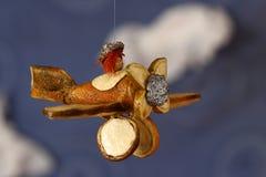 Sinaasappel gemaakt vliegtuig tegen blauwe hemel Stock Foto