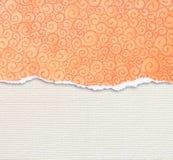 Sinaasappel gescheurde document rand met patroon over canvasachtergrond royalty-vrije stock afbeeldingen