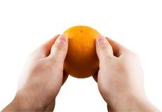 Sinaasappel in handen Royalty-vrije Stock Afbeeldingen