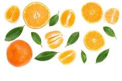 Sinaasappel of mandarijn met bladeren op witte achtergrond met exemplaarruimte voor uw tekst Vlak leg, hoogste mening Stock Afbeeldingen